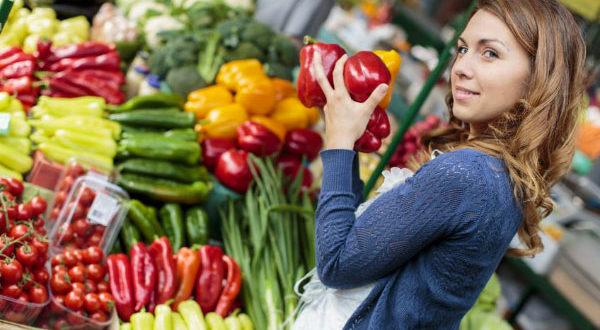 Девушка покупает овощи
